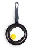 Smażący jajko w niecce. Zdjęcia Royalty Free