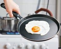 Smażący jajko w smaży niecce Obrazy Royalty Free