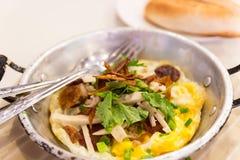 Smażący jajko z białą wieprzowiny kiełbasą, crispy wieprzowina, pietruszka, wiosny oni Obrazy Stock