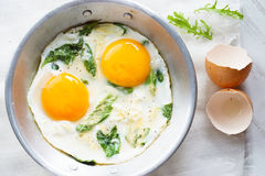 Smażący jajko z zielonym szpinakiem Zdjęcie Stock