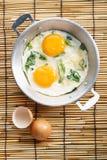 Smażący jajko z zielonym szpinakiem Fotografia Royalty Free