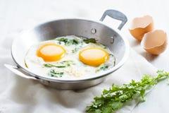 Smażący jajko z zielonym szpinakiem Obrazy Royalty Free