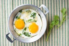 Smażący jajko z zielonym szpinakiem Zdjęcie Royalty Free