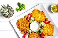 Smażący jarzynowi fritters z zucchini, marchewkami, ziele, jajkami i serem, zdjęcie stock
