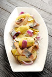 Smażący kartoflany i kiszony śledź obraz stock