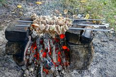 Smażący kawałki mięso na żelaznych skewers nad upałem zdjęcie stock