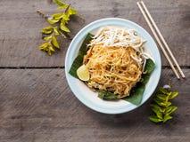 Smażący kluski Moścą Tajlandzkiego na drewnianym stole, Tajlandzki jedzenie styl Zdjęcie Stock