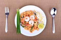 Smażący kluski Tajlandzki styl z krewetkami, fertanie dłoniaka kluski z garnelą w padthai projektuje na stole Frontowy widok odiz Fotografia Stock