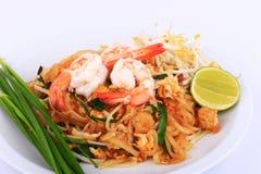 Smażący kluski Tajlandzki styl z krewetkami, fertanie dłoniaka kluski z garnelą w padthai projektuje na stole Frontowy widok odiz Zdjęcie Royalty Free