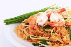 Smażący kluski Tajlandzki styl z krewetkami, fertanie dłoniaka kluski z garnelą w padthai projektuje na stole Frontowy widok odiz Obraz Stock