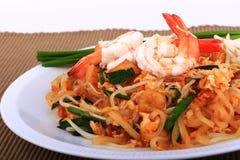 Smażący kluski Tajlandzki styl z krewetkami, fertanie dłoniaka kluski z garnelą w padthai projektuje na stole Frontowy widok odiz Fotografia Royalty Free