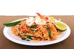 Smażący kluski Tajlandzki styl z krewetkami, fertanie dłoniaka kluski z garnelą w padthai projektuje na stole Frontowy widok odiz Obrazy Stock
