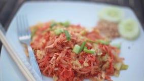 Smażący kluski Tajlandzki styl z kurczakiem, Smażący Rice kije z mięsem, ochraniacza Tajlandzki naczynie 1920x1080 zdjęcie wideo
