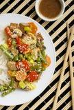 Smażący kluski z warzywami i tofu Zdjęcia Royalty Free