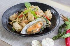 Smażący korzenny spaghetti z owocami morza lub chmielnym spaghetti, fotografia stock