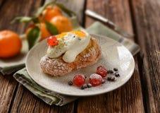 Smażący kremowi chuchy z ricotta i candied owoc - tradycyjny S Zdjęcia Stock