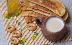 Smażący kulebiaki, ser, słonecznikowy olej, mleko i bagels na półkowym cl, Zdjęcie Royalty Free