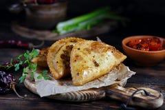 Smażący kulebiaki z mięsem i pikantność zdjęcie stock