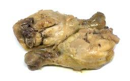 Smażący kumberlandów Drumsticks kurczak na bielu obraz royalty free