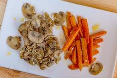 Smażący marchewki, pieczarki i kurczak, obraz stock