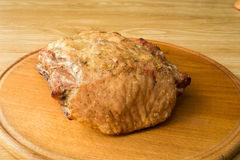 Smażący mięso kłama na round desce obraz royalty free