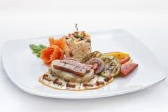 Smażący mięso stos z serem, baleronem, białymi ryż i warzywami, Fotografia Royalty Free
