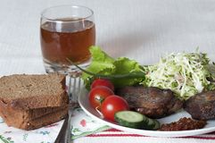 Smażący mięso z świeżymi warzywami i ziele na białym talerzu Zdjęcie Royalty Free