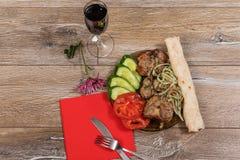 Smażący mięso z cebulami i warzywami Szaszłyk obraz stock