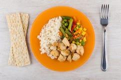 Smażący mięso z ryż i warzywami na talerzu, crispbread Zdjęcia Stock