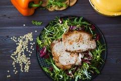 Smażący mięso z sałatką, ziele, pieprz na ciemnym drewnianym tle Tło dla pocztówki Zdjęcie Royalty Free