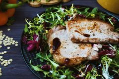Smażący mięso z sałatką, ziele, pieprz na ciemnym drewnianym tle Tło dla pocztówki Zdjęcia Stock