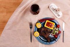 Smażący mięso z szkłem wino obraz royalty free