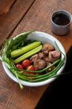 Smażący mięso z zieleniami i warzywami Zdjęcia Stock