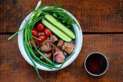 Smażący mięso z zieleniami i warzywami Zdjęcia Royalty Free