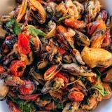 Smażący mussels z basilem obraz stock