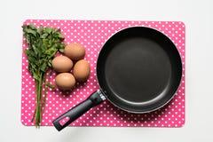 Smażący nieckę z jajkami zamyka up, Karmowy abstrakt Obrazy Royalty Free