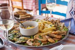 Smażący owoce morza krab, garnele, mussels z Francuskimi dłoniakami i ryż -, obrazy stock