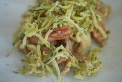 Smażący owoce morza z smażącym zucchini fotografia stock