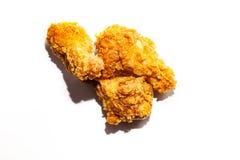 Smażący podlewanie kurczaka skrzydła w korzennym brązie i kumberlandzie breaded kłamstwo w garści odizolowywającej na białym tle, fotografia royalty free
