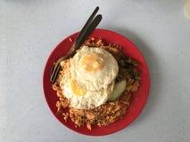 Smażący Rice z Pogodną stroną W górę jajek Zdjęcia Royalty Free