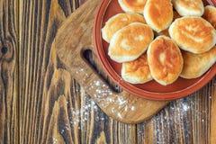 Smażący rosyjski ciasta pirozhki na drewnianym tle zdjęcia royalty free