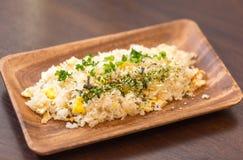 Smażący ryż na drewno talerzu Zdjęcia Royalty Free