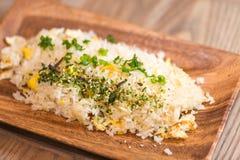 Smażący ryż na drewno talerzu Fotografia Royalty Free