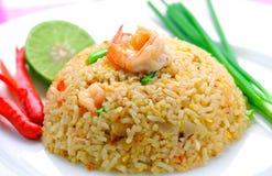 Smażący ryż z garnelą. obraz royalty free