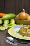 Smażący ryż z garnelą na drewno stole Fotografia Royalty Free