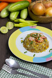 Smażący ryż z garnelą na drewno stole Obraz Stock