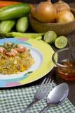 Smażący ryż z garnelą na drewno stole Obrazy Royalty Free