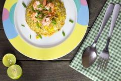 Smażący ryż z garnelą na drewno stole Obraz Royalty Free
