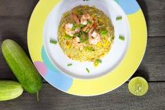 Smażący ryż z garnelą na drewno stole Fotografia Stock