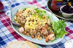 Smażący ryż z garnelami i pokrojonym omelette Zdjęcie Royalty Free